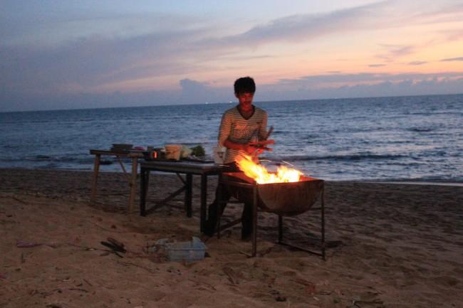 Preparing the BBQ (Klong Khong beach)