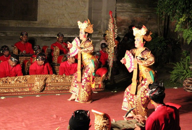 Legong dancers and gamelan musicians