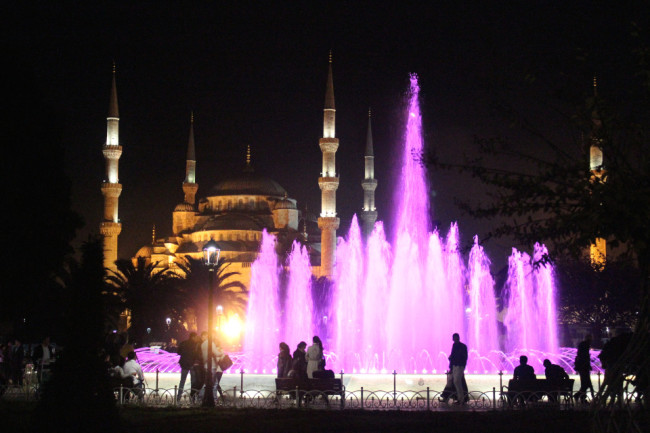 Blue Mosque and fountain at night (Sultanahmet, Istanbul)