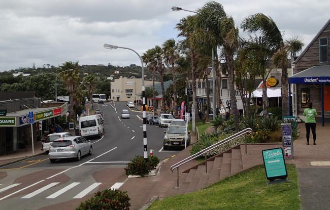 Main street, Oneroa (Waiheke, New Zealand)