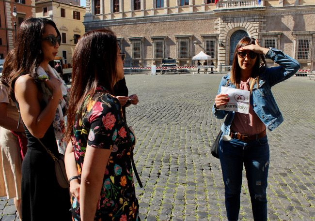 Meeting our guide a in Piazza Farnese (food tour in Rome)