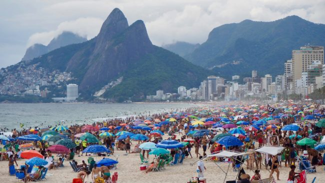 Переполненный пляж Ипанема на выходных, Рио-де-Жанейро (впервые в Рио)